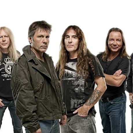 Bruce (ao centro, de cabelos curtos), com o Iron Maiden Foto: Divulgação/John McMurtrie