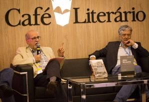 Roberto Pompeu de Toledo e Jorge Caldeira Foto: Fernando Lemos / Agência O Globo