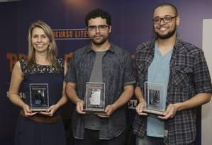 Irka (segundo lugar), Eduardo (primeiro) e Bruno (terceiro) posam para foto com seus prêmio Foto: Carlos Ivan/Agência O Globo