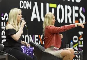 A escritora Isabela Freitas (com o microfone) Foto: Leo Martins / Agência O Globo
