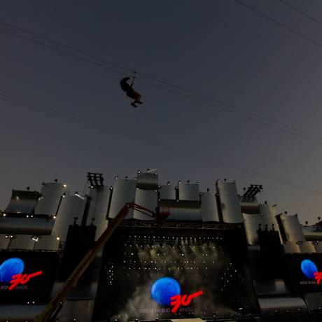 Sob o olhar atento de quem estiver voando na tirolesa, atrações como Quenn+Adam Lambert estarão tocando no Palco Mundo Foto: Andre Lima / Agência O Globo