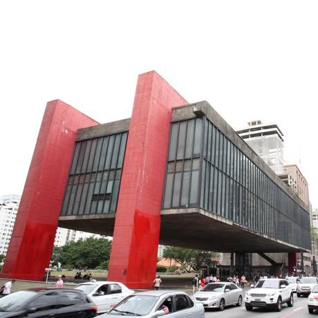 O Museu de Artes de São Paulo, na avenida Paulista, com o prédio anexo ao fundo Foto: Michel Filho / Agência O Globo