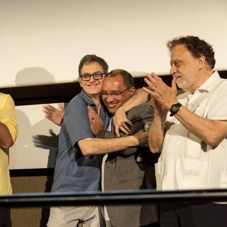 A equipe de 'Betinho - A esperanca equilibrista', liderada pelo diretor Victor Lopes (camisa azul) Foto: Leo Martins / Agência O Globo