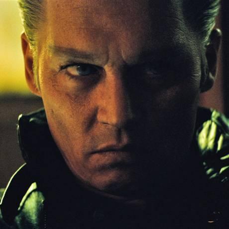 Johnny Depp como o gângster James 'Whitey' Bulger, em 'Aliança do crime' Foto: Divulgação