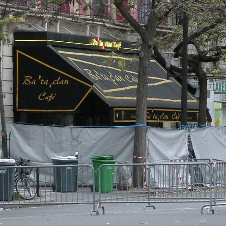 A entrada da casa de shows Bataclan, um dia depois dos atentados de Paris Foto: Jaques Demarthon / AFP