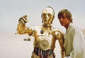 Mark Hamill como Skywalker ao lado do C-3PO no primeiro 'Star Wars' Foto: Divulgação