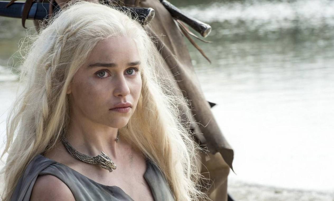 Daenerys Targaryen precisa enfrentar as dificuldades práticas de governar uma cidade, desde as questões mais básicas dos cidadãos de Meeren até a contrarrevolução comandado pelos antigos senhores de escravos. Tudo isso com um de seus dragões desaparecido e os outros dois acorrentados, pois ela ainda não consegue controlá-los. Após encontrar Tyrion e reencontrar Jorah, sofre um atentado, do qual escapa graças ao retorno de Drogon... para se ver em seguida cercada por guerreiros dothraki. Foto: HBO