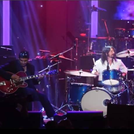 Pat Smear, David Grohl e Beck na homenagem a Bowie e Cobain Foto: Reprodução