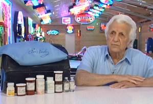 Em 2009, o médico leiloou a maleta que usava quando tratava de Elvis Presley Foto: Reprodução