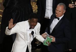 Michael Keaton, de 'Spotlight' come um dos biscoitos que as filhas de Chris Rock estavam vendendo Foto: MARIO ANZUONI / REUTERS