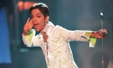 Nesta foto de 1997, Prince apresenta um medley de 'Take me with u' e 'Rasberry Beret' no 4º VH1 Honors, na Califórnia. Prince foi encontrado morto em sua casa em Minnesota, nesta quinta-feira Foto: MARK J. TERRILL / AP