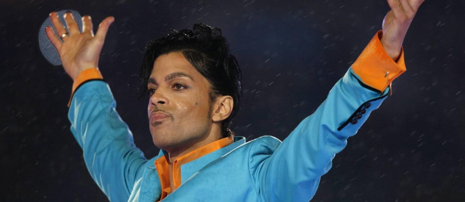 Prince se apresenta durante o Super Bowl, em 2007. Ele morreu aos 57 anos Foto: MIKE BLAKE / REUTERS