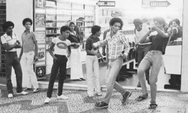 Jovens cariocas exibem seu gingado pelas ruas nos anos 1970 Foto: Almir Veiga / Divulgação