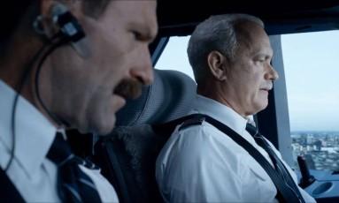 Tom Hanks (à direita) e Aaron Eckhart em cena do filme 'Sully' Foto: Divulgação