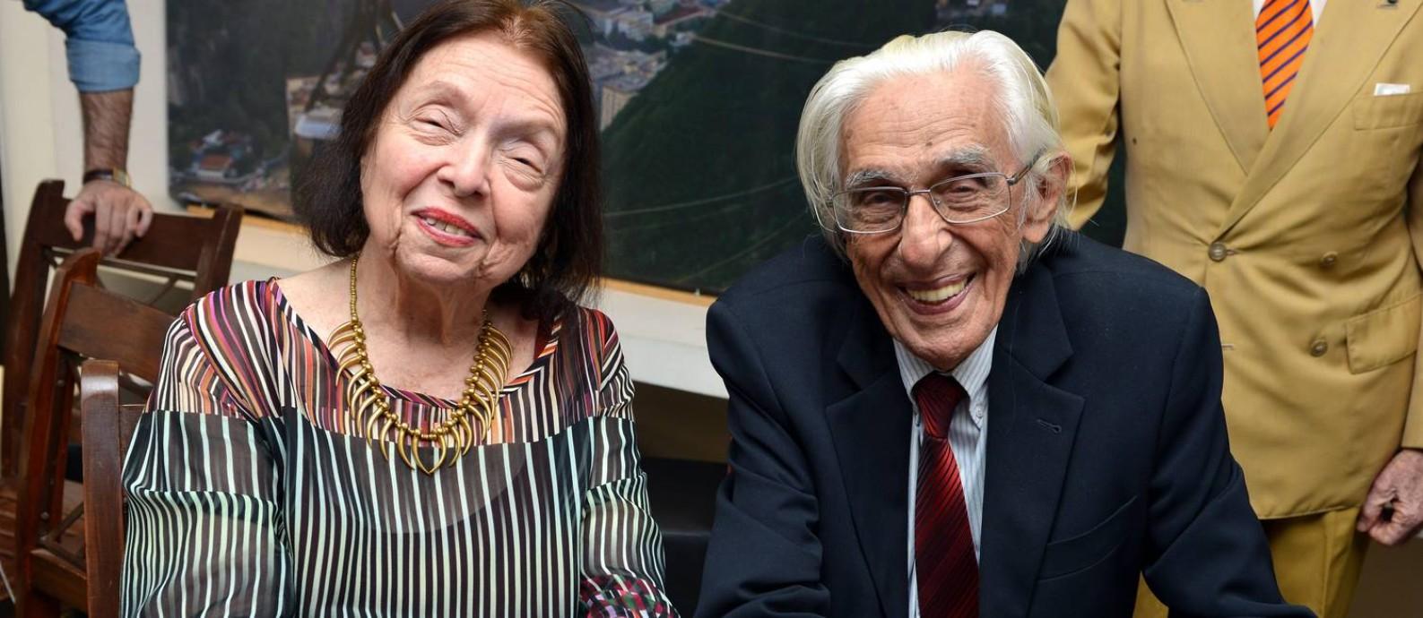 Nélida Piñon e Ferreira Gullar na comemoração da eleição de Geraldo Carneiro para a ABL Foto: Cristina Granato / Divulgação