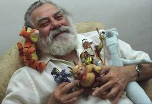 Ator Isaac Bardavid posa com minuaturas de alguns dos personagens que dublou Foto: Wânia Corredo