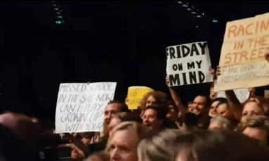 """Cartaz de fãs no show de Bruce Springsteen: """"Matei aula hoje e estou na merda. Posso tocar 'Growin' Up' com você?"""" Foto: Reprodução"""