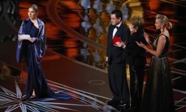 Anousha Ansari recebe o prêmio de filme estrangeiro no lugar de Asghar Farhadi por 'O apartamento' Foto: LUCY NICHOLSON / REUTERS