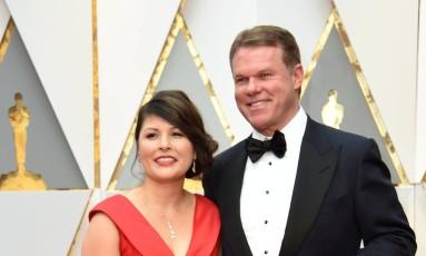 Os auditores Martha L. Ruiz e Brian Cullinan, da PwC, são as duas únicas pessoas no mundo que sabem os resultados do Oscar. Eles chegam à premiação carregando os envelopes em malas pretas. Cullinan foi o responsável pela gafe de domingo Foto: VALERIE MACON / AFP