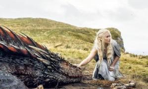 Daenerys Targaryen (Emilia Clarke) e Drogon em cena de 'Game of Thrones' Foto: Divulgação