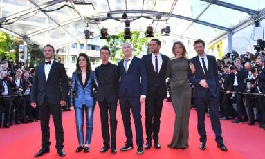 O diretor Robin Campillo (centro) e o elenco do filme '120 battements par minute' Foto: LOIC VENANCE / AFP