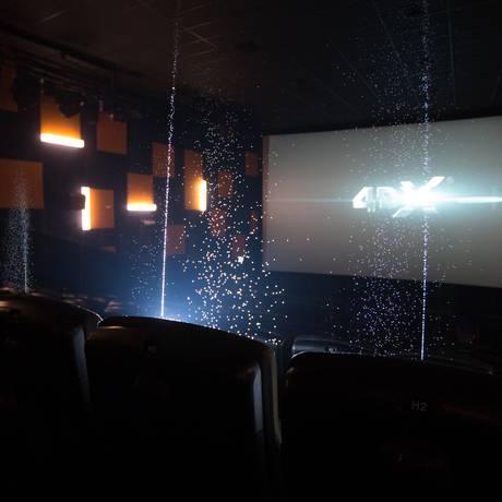 Luzes e jatos de água são alguns dos efeitos da sala 4DX Foto: Fernando Souza / Divulgação