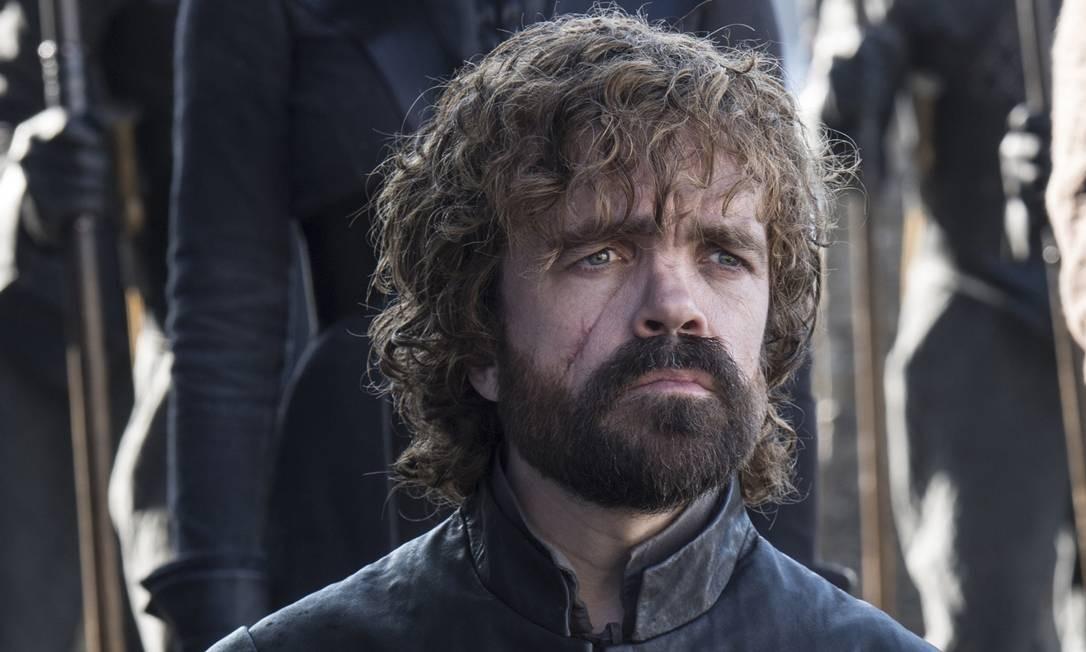 Cersei espuma de ódio ao descobrir que o irmão caçula agora é Mão de Daenerys, a sua principal inimiga. Ele chega com a comitiva da Mãe dos Dragões a Dragonstone, onde ajuda a retirar as flâmulas de Stannis Baratheon que ainda estavam por ali. Tyrion fica surpreso ao descobrir que Jon Snow, o bastardo que conheceu durante a viagem para Castelo Negro na primeira temporada, agora é o Rei do Norte. É responsável pela estratégia militar que redunda no ataque mal-sucedido a Casterly Rock e a consequente invasão do Jardim de Cima pelos Lannister. Foto: HBO