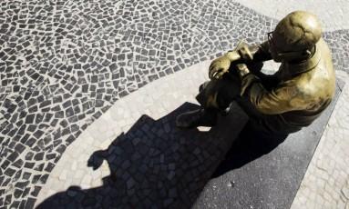 Estátua de Carlos Drummond de Andrade, em Copacabana Foto: Fernando Lemos / Agência O Globo