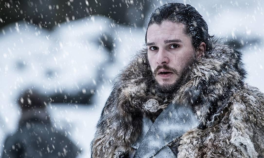 Após cinco longas temporadas, parece que as coisas voltarão a dar certo para os Stark. Ressuscitado por Melisandre, Jon Snow reencontra Sansa, que finalmente chega ao Castelo Negro. Retoma o Castelo de Winterfell, após a dramática Batalha dos Bastardos. Enquanto isso, do outro lado da Muralha, as visões de Bran revelam que Jon na verdade é filho de Rhaegar Targaryen e Lyanna Stark. Foto: Divulgação