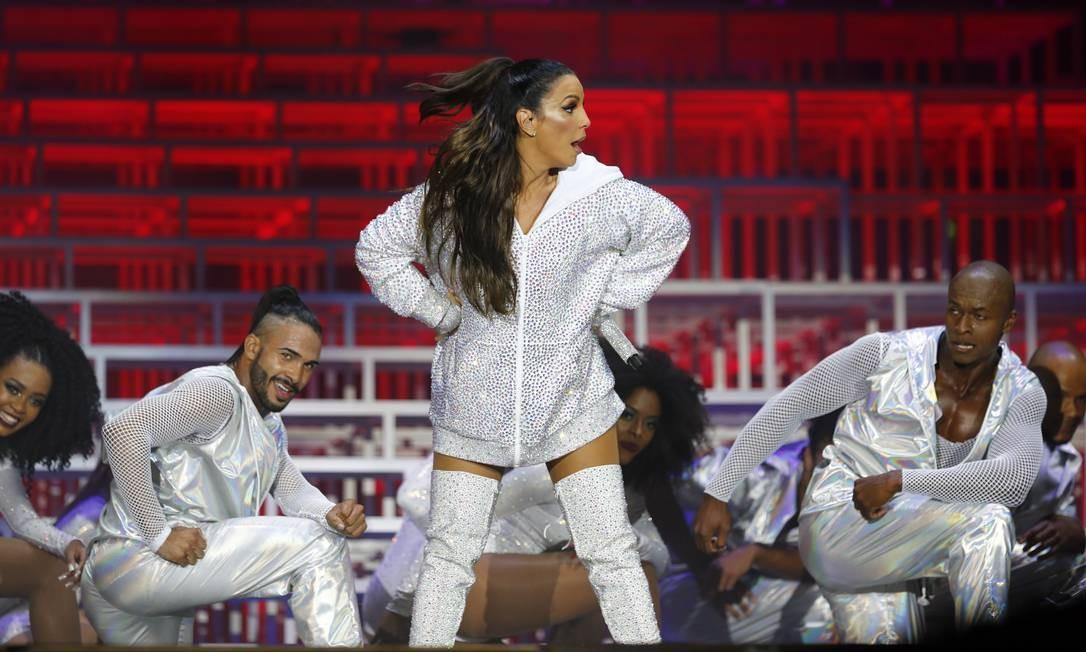 Ivete acompanhada de seus dançarinos, no palco Mundo Foto: Pablo Jacob / O Globo