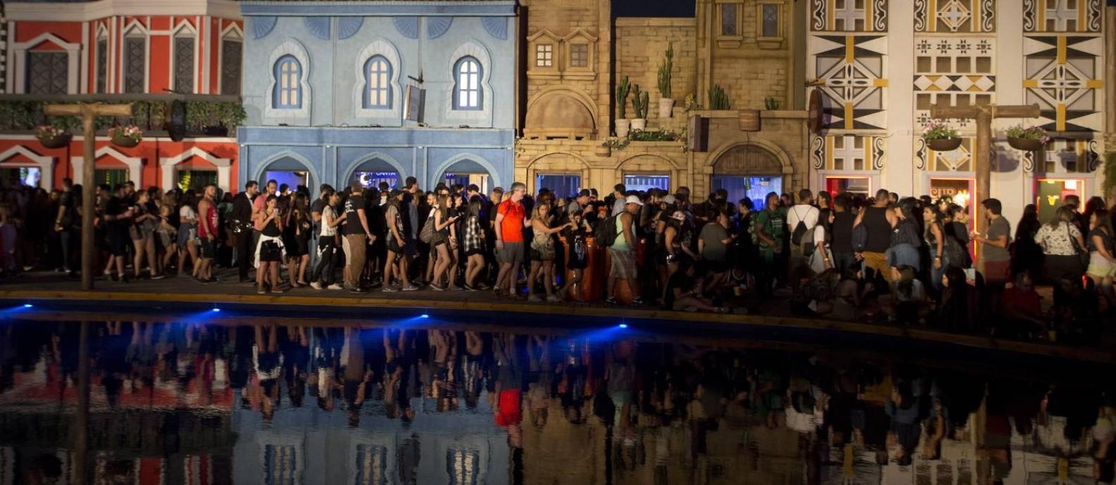 Público lota a Rock Street no terceiro dia de festival Foto  ANTONIO SCORZA    Agência 88abcbccdc3