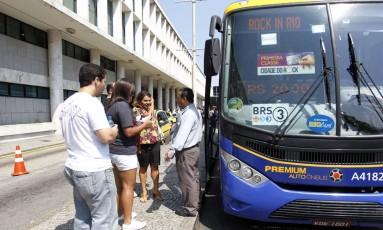Ônibus Rock In Rio Primeira Classe teve de alterar seu trajeto por conta de confrontos na Rocinha Foto: Marcelo Carnaval / Agência O Globo