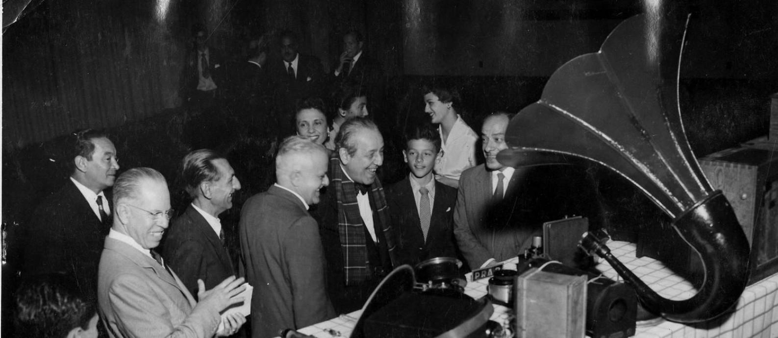 O radialista Roquette Pinto (centro), em 1953, durante solenidade na Associação Brasileira de Televisão comemorativa pelo 30º aniversário da implantação do rádio no Brasil Foto: Arquivo / Agência O Globo