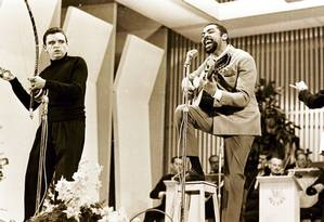 Gilberto Gil canta 'Domingo no Parque', na final do II Festival Internacional de Música Popular Brasileira, em 21 de outubro de 1967: cena do documentário 'Uma noite em 67' Foto: DIVULGAÇÃO / DIVULGAÇÃO