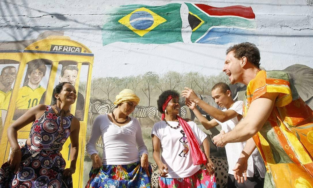 O grupo Razões Africanas encerra a temporada 2017 de sua roda de samba, coco, choro, ciranda, ijexá e afoxé. Qui, às 20h30m. R$ 20. A classificação é de 18 anos. Foto: Pablo Jacob / Agência O Globo