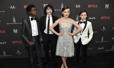 Noah Schnapp (direita), ao lado de seus co-protagonistas em 'Stranger Things', Millie Bobby Brown, Finn Wolfhard e Caleb McLaughlin Foto: Chris Pizzello / AP