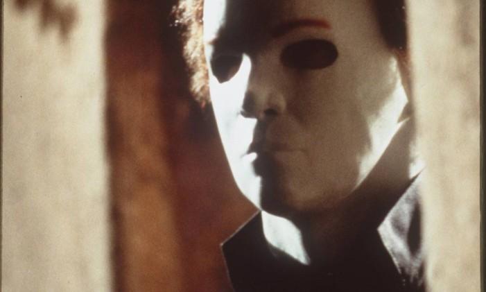 No filme de 1978, o vilão Michael Myers persegue Laurie (Jamie Lee Curtis) durante a noite de Halloween Foto: Divulgação