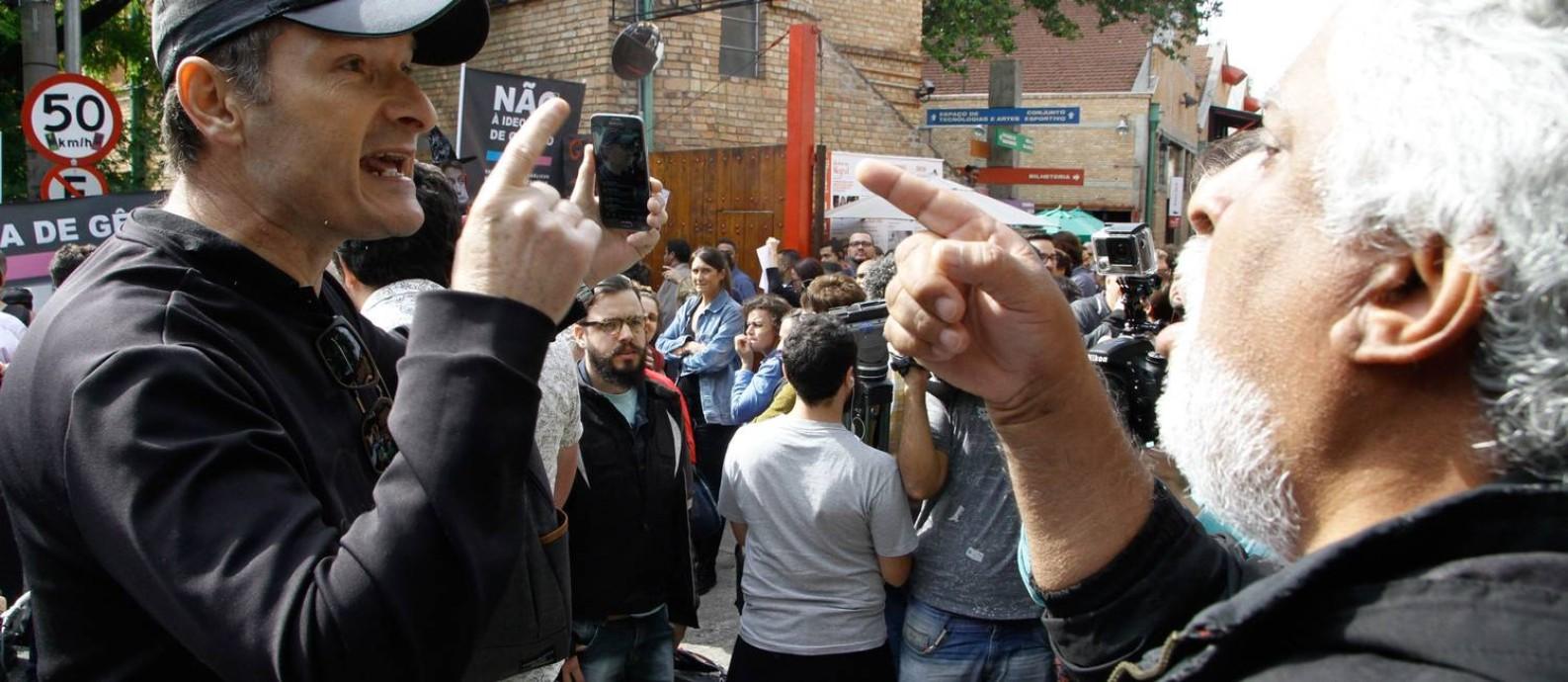 Manifestantes contra e a favor das obras da artista Judith Butler protestam em frente ao Sesc Pompeia na manhã dessa terça-feira (07) Foto: Fábio Vieira / Agência O Globo