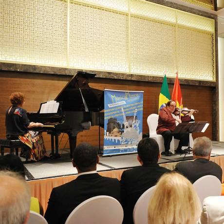 Apresentação do violinista Jerzy Milewsky com a pianista Aleida Schweitzer celebrou 25 anos de relações diplomáticas Foto: Divulgação / Divulgação