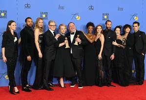 Equipe de 'Handmaid's tale', vencedora do Globo de Ouro de série dramática; Elisabeth Moss, no centro, fez um dos discursos feministas da noite Foto: KEVIN WINTER / AFP
