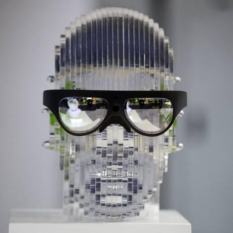 O modelo da chinesa Rokid combina duas tecnologias que só tendem a avançar: a realidade aumentada e a inteligência artificial. Traduzindo, significa que pode projetar imagens e informações em suas lentes (ou melhor, telas), obedecendo a comandos de voz do dono Foto: Jae C. Hong / AP
