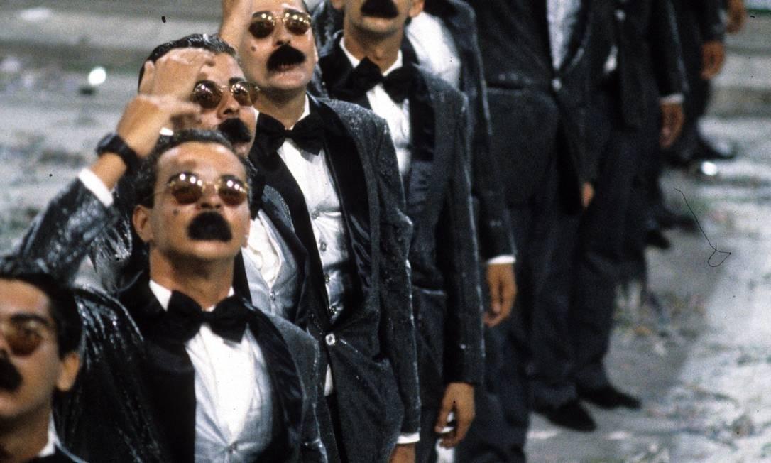 """Uma comissão de frente com 14 Justos Veríssimos, personagem corrupto de Chico Anysio, abriu o desfile da Caprichosos em 1987, """"Ajoelhou tem que rezar"""", sobre as promessas dos políticos Acervo"""