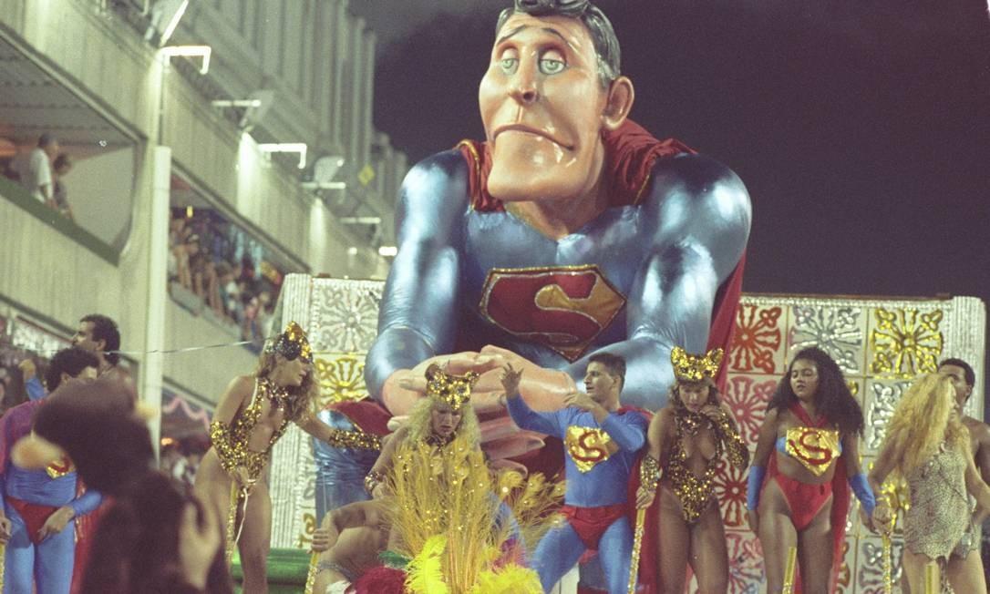 A Santa Cruz homenageou o Pasquim em 1990 e fez um Super-Homem na privada com a genitália de fora. Mas a escultura só foi autorizada a desfilar com 'as partes' cobertas Arquivo