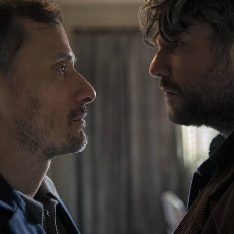 Enrique Diaz e Selton Mello em 'O mecanismo' Foto: Karima Shehata/Netflix / Divulgação