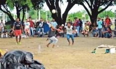Refugiados venezuelanos jogam futebol na praça Simón Bolívar, em Boa Vista (RR) Foto: Jorge William / Agência O Globo
