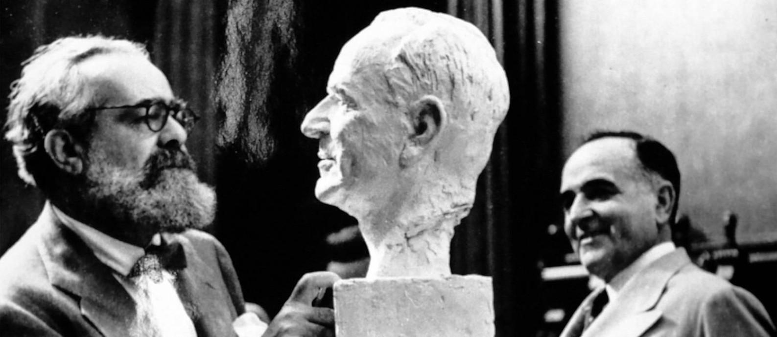 O escultuor Jo Davidson e Getúlio Vargas, em cena do filme 'Imagens do Estado Novo' Foto: Divulgação