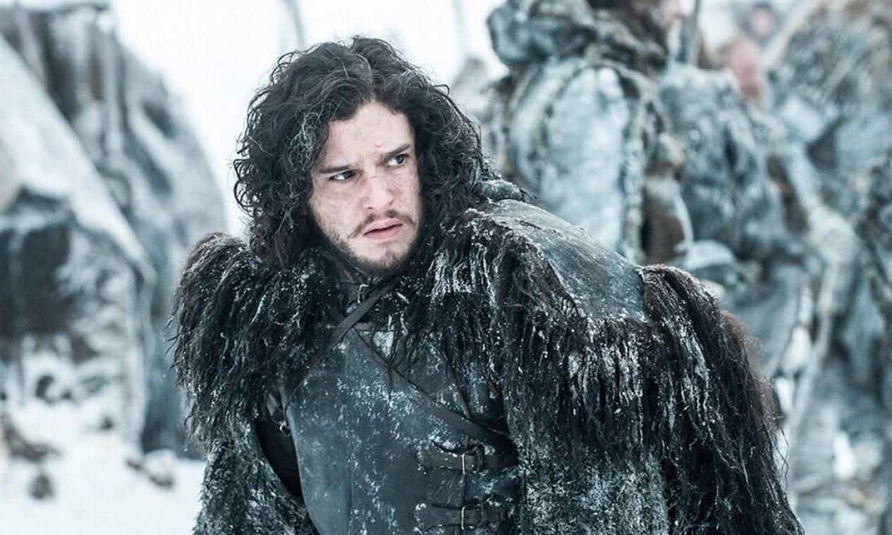Jon Snow viaja para Dragonstone, para se encontrar com Daenerys e pedir ajuda na luta contra os Caminhantes Brancos. De início, consegue autorização para explorar o vidro de dragão no local, mas Daenerys não se convence sobre a necessidade da aliança e segue mais interessada em combater Cersei. Para convencer Daenerys, e depois também Cersei, faz uma perigosa expedição Além-da-Muralha para capturar um morto-vivo. A missão dá certo, mas com um custo altíssimo. Em Winterfell, Sam e Bran se encontram e decifram a real identidade de Jon: Aegon Targaryen, o legítimo herdeiro do Trono de Ferro. Foto: Divulgação
