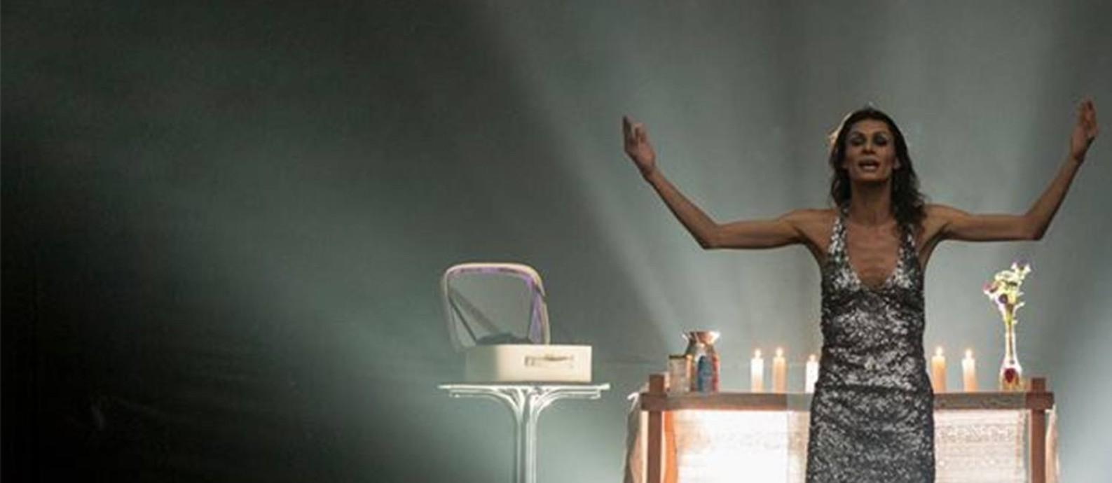 A atriz Renata Carvalho em cena da peça