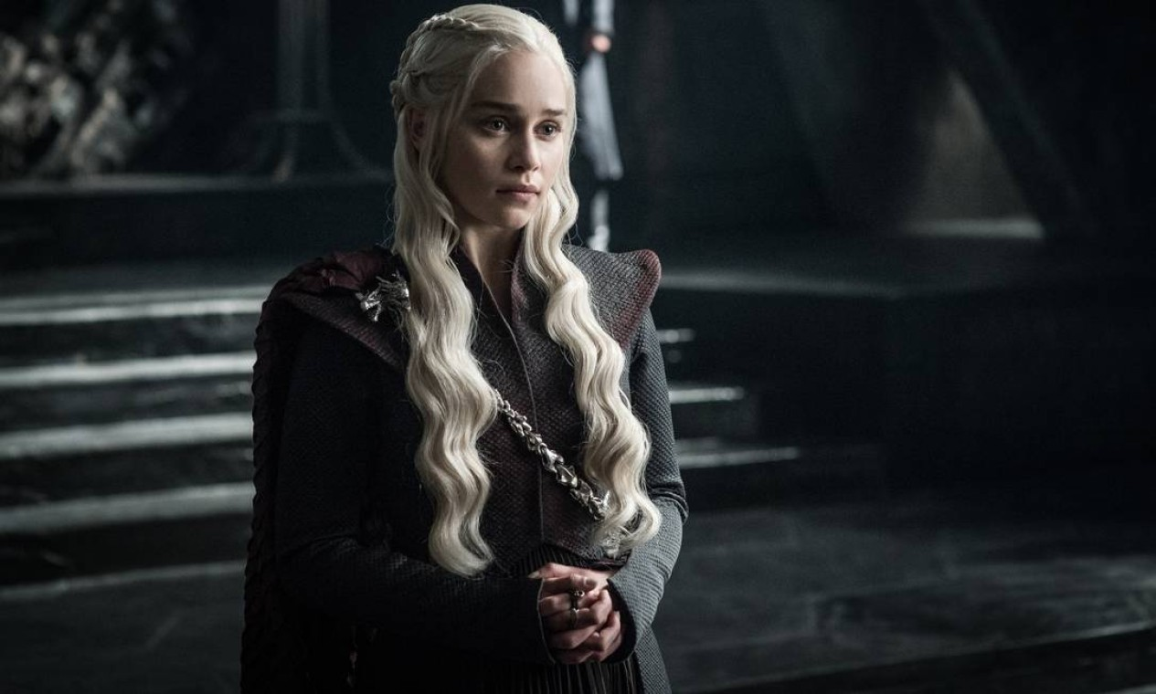 De volta a Dragonstone, Daenerys começa a enfrentar seus inimigos pelo trono, enquanto busca aliados. Seu primeiro ataque a Rochedo Casterly, castelo dos Lannister, falha, com Euron Greyjoy incendiando seus navios. Ela também perde os Tyrell, atacados por Jaime. Quando recebe a notícia sobre a iminente derrota de Jon Além-da-Muralha, decide voar até lá com seus três dragões para salvá-lo. Na luta contra o Rei da Noite, perde um dragão, transformado em zumbi. Encontra tempo para se deitar com Jon Snow, sem saber do parentesco entre eles. Foto: Divulgação / HELEN SLOAN / HBO
