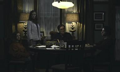 Os atores Toni Collette, já cotada para o Oscar, e Gabriel Byrne com os jovens Milly Shapiro e Alex Wolff: a família no centro da trama de 'Hereditário' Foto: Divulgação